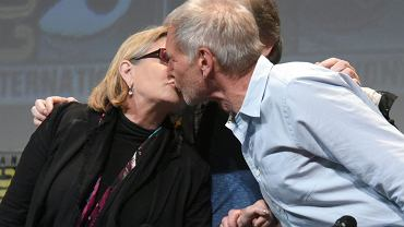 """Jednym z najbardziej oczekiwanych spotkań podczas konwentu Comic-Con w San Diego był panel poświęcony filmowi """"Gwiezdne wojny: Przebudzenie Mocy"""". Gwiazdy nie tylko nie zawiodły fanów, ale i potrafiły zaskoczyć. Na zdjęciu księżniczka Leia (Carrie Fisher) i Han Solo (Harrison Ford) - co robią, nie trzeba wyjaśniać..."""