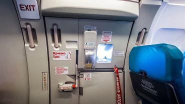 Czy da się otworzyć drzwi w samolocie w czasie lotu?