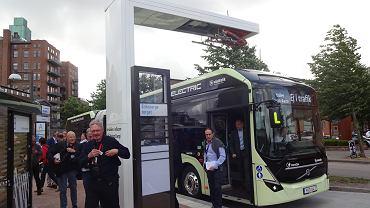 Autobus elektryczny ładowany jest na pętli przy szpitalu w Göteborgu