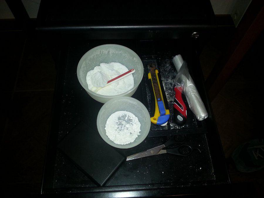 Kryminalni z Mokotowa w jednym z magazynów ujawnili łącznie ponad kilogram różnego rodzaju środków odurzających i substancji psychoaktywnych.