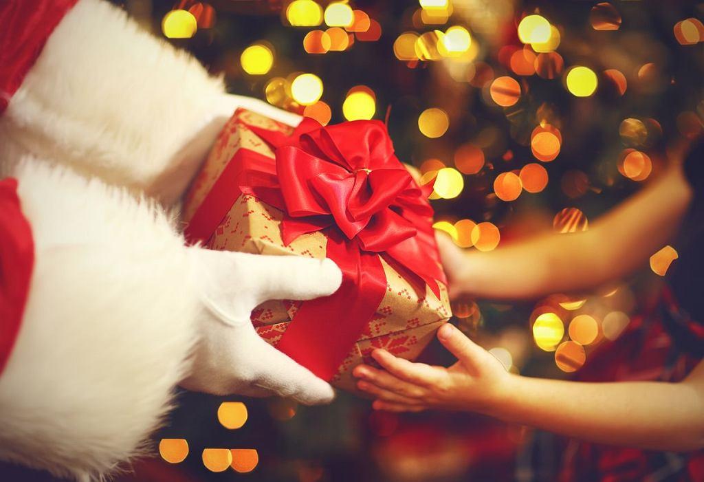 W szkole wiele się zmienia, ale w Mikołajki uczniowie wciąż wręczają sobie prezenty. Jak są organizowane Mikołajki w szkole?