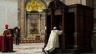 Papież Franciszek spowiada się w Bazylice Św. Piotra
