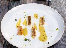 Okoń z pistacjami i sosem z trawy cytrynowej - ugotuj