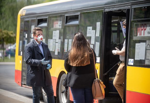 Rafał Trzaskowski, prezydent Warszawy spotkał się z obsługą Mobilnego Punktu Poradnictwa. W czasie pandemii koronawirusa wolontariusze MPP rozdają potrzebującym paczki żywnościowe i środki ochrony osobistej.