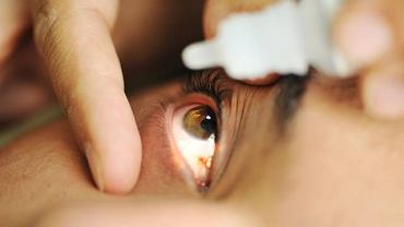 W leczeniu bakteryjnego zapalenia spojówek najczęściej stosuje maści lub krople antybiotykowe