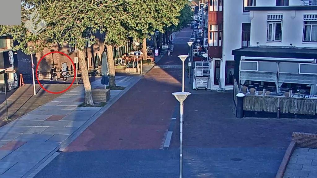 Napastnicy uciekający po ataku na polski sklep w Terneuzen. Kadr z nagrania udostępniony przez policję w Holandii.