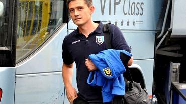 Trener Rumak wsiada do autobusu po konferencji