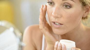 Tych trzech kosmetyków powinnaś używać, by skutecznie opóźnić starzenie skóry i powstawanie zmarszczek (zdjęcie ilustracyjne)
