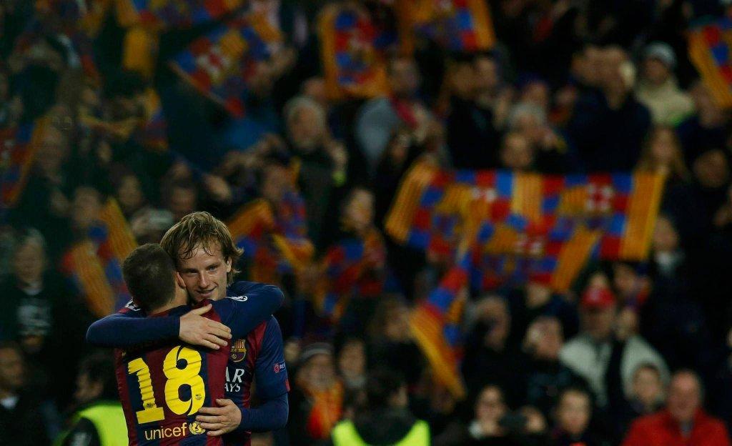 Ivan Rakitić i Jordi Alba cieszą się z gola Chorwata
