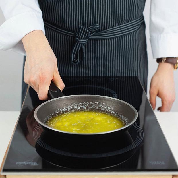 Masło roztapiamy na patelni wtemperaturze 60-65 st. Odstawiamy.