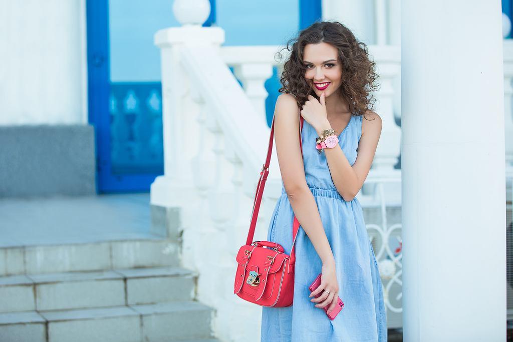 Sukienka jeansowa jest idealnym wyborem na lato. Zdjęcie ilustracyjne, Kristina_Po/shutterstock.com