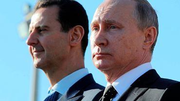 Baszar al-Asad i Władimir Putin podczas parady wojskowej w rosyjskiej bazie lotniczej Hmejmim w Syrii, 11 grudnia 2017 r.