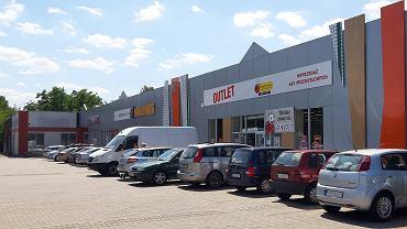 W dniu otwarcia outletu Biedronki przy ulicy Kresowej w Sosnowcu pusty dotąd parking znów się zapełnił