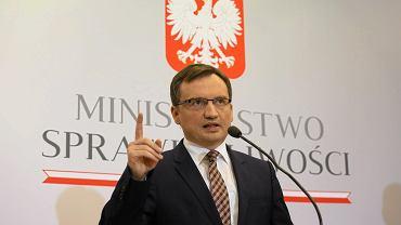 Dzięki przepisowi wymyślonemu w resorcie Zbigniewa Ziobry prokurator będzie mógł zmuszać sąd do uchylania wyroku przez wycofanie akt sprawy 'do uzupełnienia'