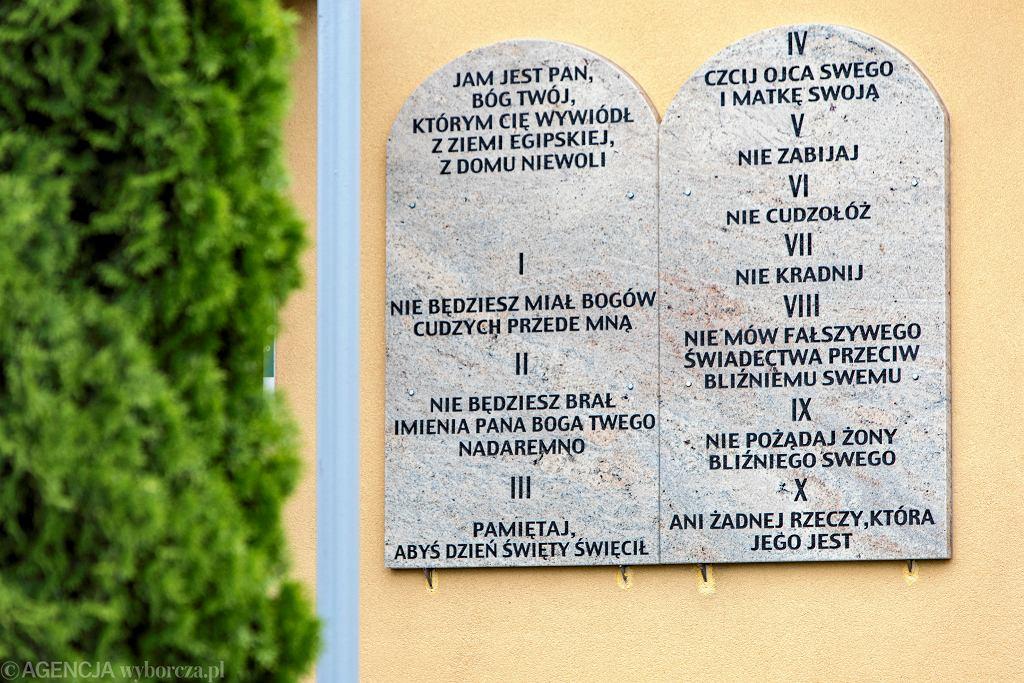 Wójt Andrzej Głaz w czerwcu kazał wywiesić tablice z dekalogiem na ścianach pięciu szkół w gminie
