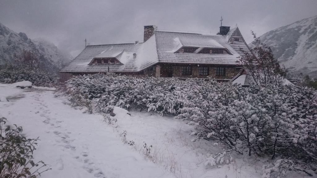 Pierwszy śnieg w tym sezonie w Dolinie Pięciu Stawów