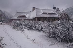 W Tatrach znów spadł śnieg. Biało w Dolinie Pięciu Stawów i na Szpiglasowej Przełęczy. Tak wygląda jesień w górach