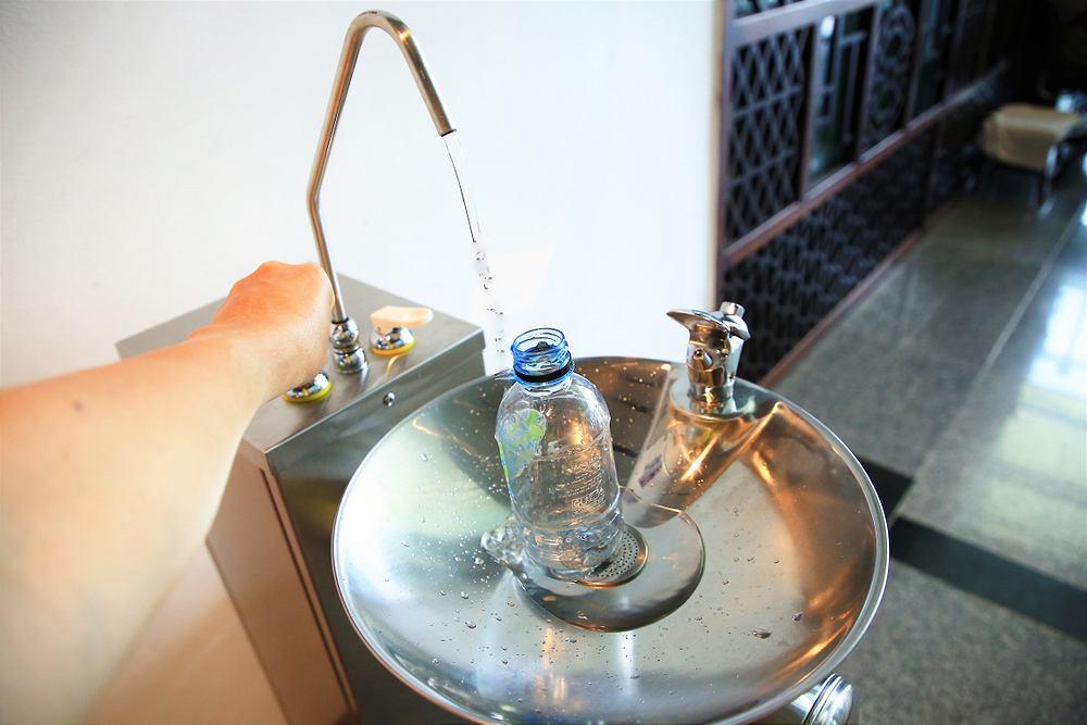 Na kilku polskich lotniskach można już napić się za darmo wody
