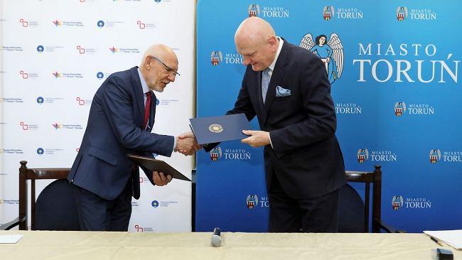 Prezydent Torunia i rektor UMK podpisali porozumienie. Będą pracować nad wspólnym projektem