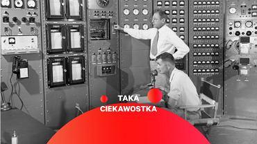 Bunkier dowodzenia. Z ręką na włączniku procedury detonacji stoi John C. Clarke