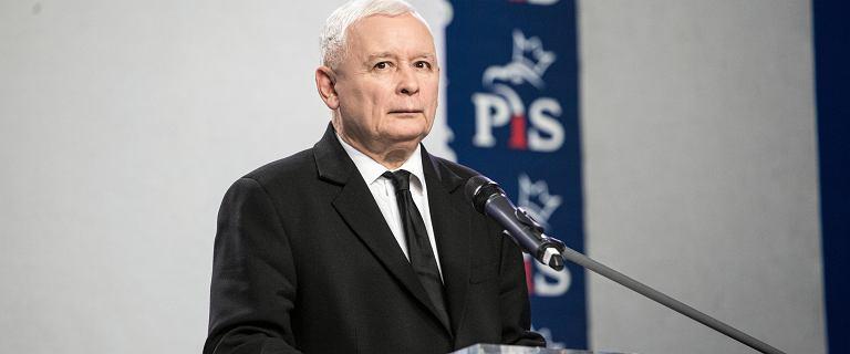 """""""Mała awantura"""" w PiS o jaja. Jarosław Kaczyński nakłonił europosłów, by wypuścili kury z klatek"""
