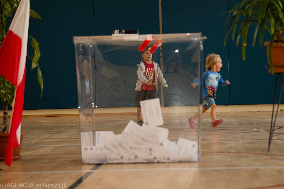 Głosowanie w Obwodowej Komisji Wyborczej nr 79 przy ulicy Dembowskiego we Wrocławiu