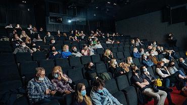 Luzowanie obostrzeń. Od niedzieli można jeść w kinach i teatrach [PEŁNA LISTA ZMIAN]