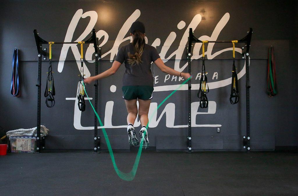 Ćwiczenia na skakance. Czy ćwiczenia na skakance pomagają w odchudzaniu