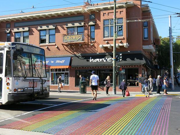 Dzielnica Castro. Przejście dla pieszych w barwach flagi ruchu LGBT (fot. Burkhard Mücke / wikimedia.org / CC BY-SA 4.0)