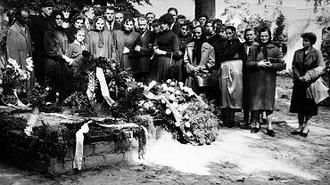Babcia w otoczeniu córek, synów i dalszej rodziny nad trumną męża - mojego dziadka. Moja mama pierwsza z prawej. Brwinów, 1960 r.