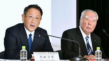 Szef Toyota Motor Corp. Akio Toyoda (po lewej) i szef Suzuki Motor Corp. Osamu Suzuki