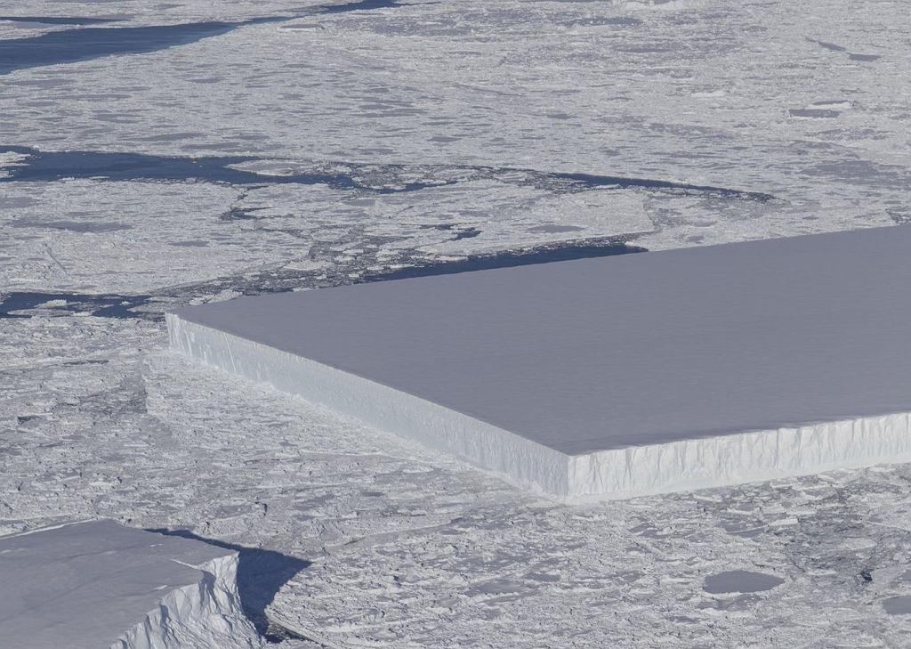 Nietypowa góra lodowa