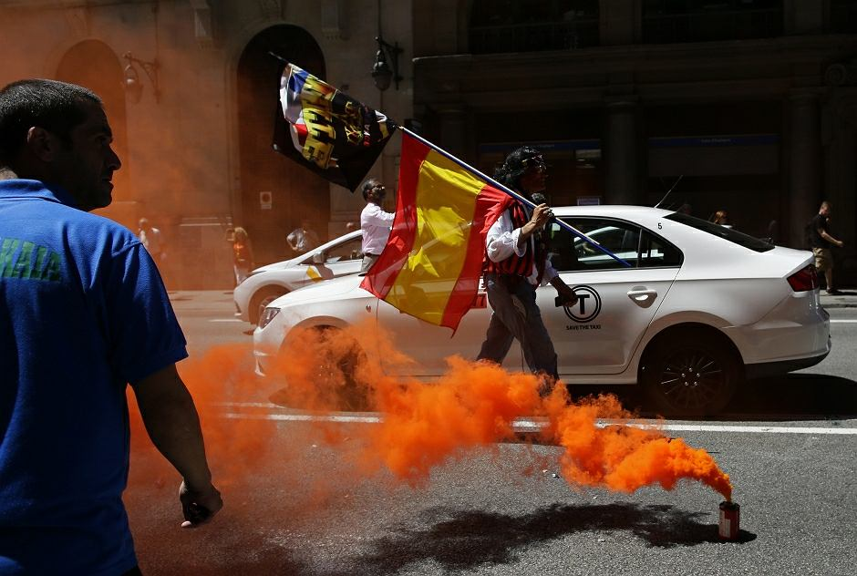 Protesty przeciw Uberowi podczas strajku taksówkarzy w Hiszpanii