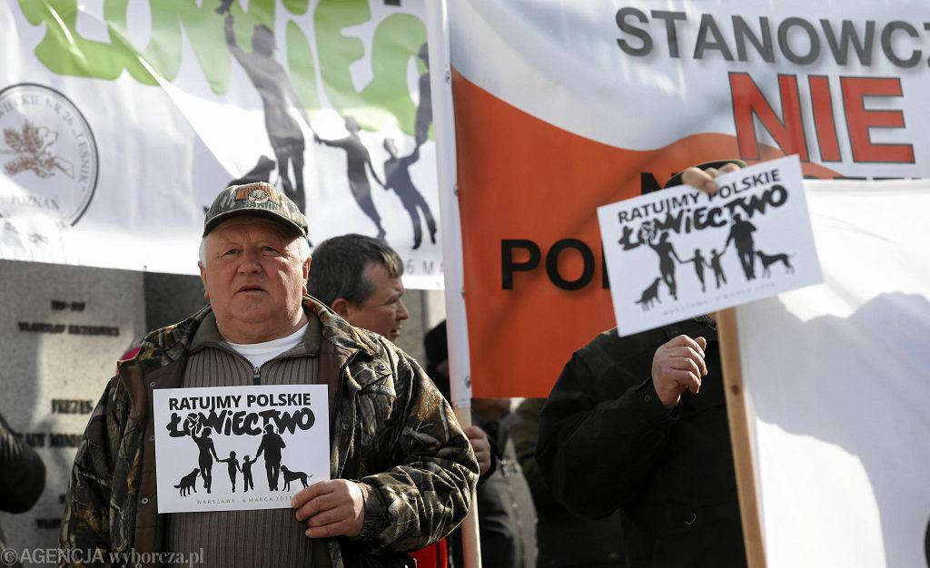 Demonstracja myśliwych przed Sejmem przeciwko nowelizacji ustawy o łowiectwie