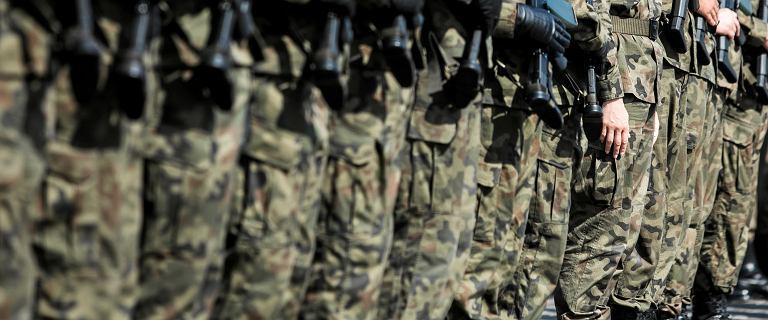 Rozkaz dla pułku ws. szminek i gumek wycofany. To jednak nie kończy sprawy