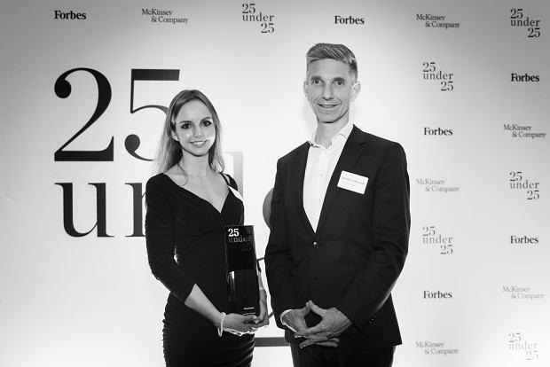 Alicja Dudek podczas gali 'Forbesa', po prawej: Jarosław Oleszczuk, jeden z członków kapituły konkursu (źródło: Forbes)