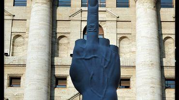 Rzeźba Maurizio Cattelana przed giełdą w Mediolanie