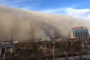 """""""Apokalipsa"""" w Chinach. W miasto uderzyła 100-metrowa ściana piasku [WIDEO]"""