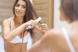 Prostowanie włosów: prostownica czy zabieg w salonie fryzjerskim?
