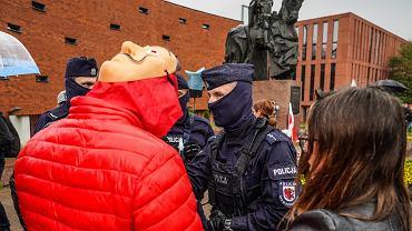 Policja wystawia mandaty za brak maseczki