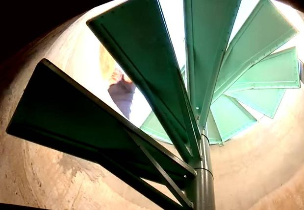 Wejście do przydomowego schronu przeciwatomowego ukrytego pod basem wybudowanym w latach 60 w Tucson w USA