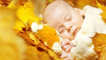 Wyprawka dla noworodka urodzonego jesienią powinna zawierać odpowiednie ubrania. Zdjęcie ilustracyjne