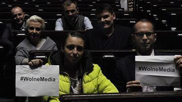 Posłowie opozycji podczas grudniowego protestu w Sali Plenarnej Sejmu. Po lewej: Joanna Mucha (Platforma Obywatelska) i Adam Szłapka (Nowoczesna), w pierwszym rzędzie: Michał Szczerba (PO) i Kinga Gajewska (PO), w drugim rzędzie: Elżbieta Gapińska (PO) i Adam Korol (PO), w trzecim rzędzie: Marek Sowa (N)i Sławomir Nitras (PO)