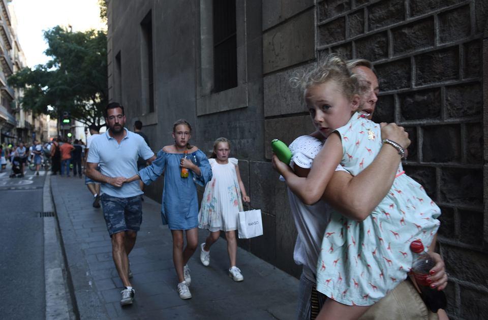 Zamach w Barcelonie. Rozpędzona furgonetka wjechała w tłum w centrum stolicy Katalonii, zabijając 13 osób i raniąc ponad 100. Terrorysta taranował pieszych, jadąc aż 600 m po deptaku La Rambla. Według mediów policja zastrzeliła jednego z dwóch zbiegłych zamachowców. Prawdopodobnie działali oni w imieniu Państwa Islamskiego