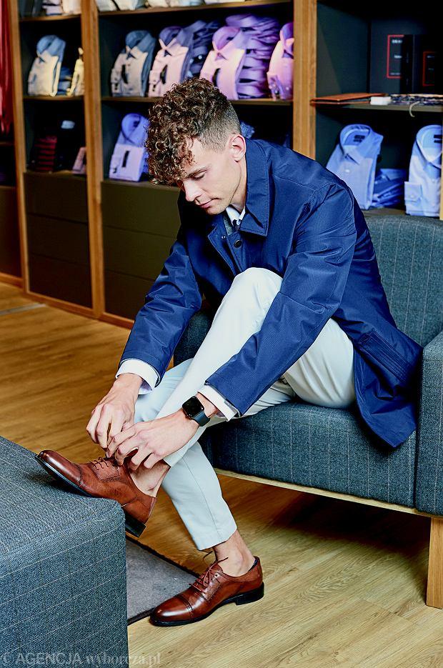 W salonie marki Lavard Filip szuka eleganckiej alternatywy dla sneakersów. W końcu stawiamy na monki na sportowej podeszwie i klasyczne męskie buty z brązowej skóry, które będą pasowały do zestawów z koszulami.