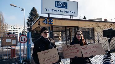 Protest pod siedzibą TVP w Gdańsku. Uczestnicy zachęcają  do włączenia się do protestów 26 stycznia o 17 w całej Polsce.