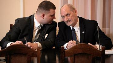 Rzecznik MON Bartłomiej Misiewicz i minister obrony Antoni Macierewicz podczas posiedzenia Sejmowej Komisji Obrony