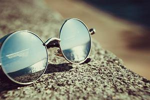Okulary dla sportowców i podróżników - jaki model wybrać? Znaczenie ma wszystko, od kształtu aż po kolor szkieł