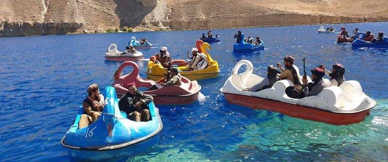 Afganistan. Talibowie z bronią na rowerze wodnym w kształcie łabędzia [WIDEO]