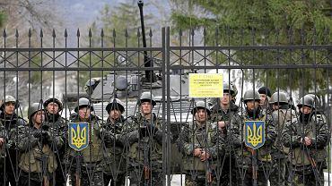 Ukraińscy żołnierze wczoraj w bazie Perewalne (ok. 30 km od Symferopola). Rosyjscy żołnierze otoczyli kilka jednostek na Krymie i zażądali ich rozbrojenia